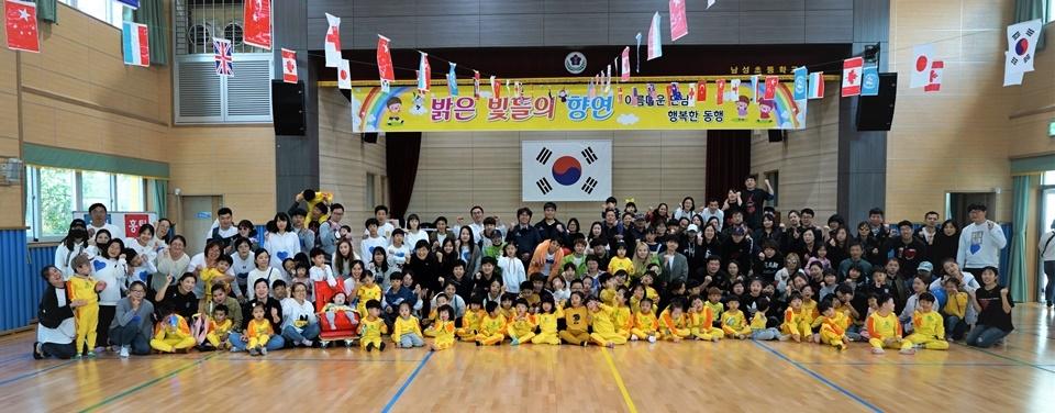 대구사이버대 자원봉사자들이 어린이들과 단체 기념촬영을 했다.